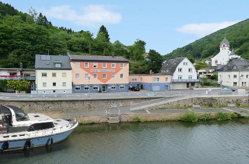 Die Lahn mit dem Hotel Restaurant Lahnhof in Dausenau
